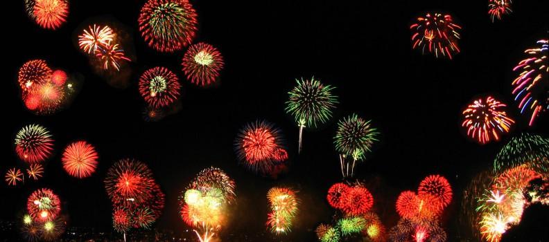 Accessori per il look di Capodanno: piume e lustrini per salutare il nuovo anno